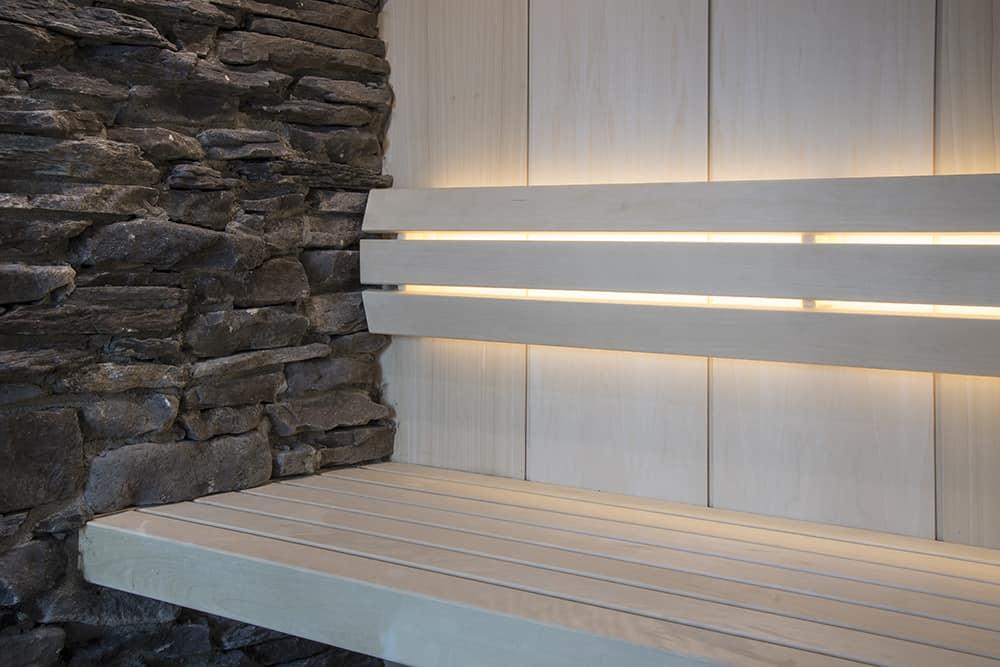 Espen fineer verticaal met stenen wand